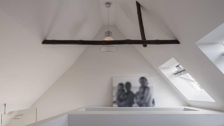 Herindeling woonboerderij met behoud van oude spanten, luxe woonkeuken en open slaapkamer met badkamer in zolder:  Slaapkamer door Joep van Os Architectenbureau, Modern
