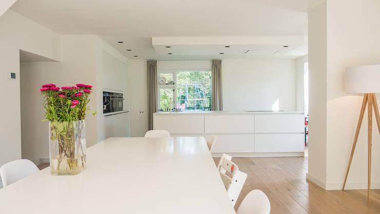 Herindeling woonboerderij met behoud van oude spanten, luxe woonkeuken en open slaapkamer met badkamer in zolder: moderne Keuken door Joep van Os Architectenbureau