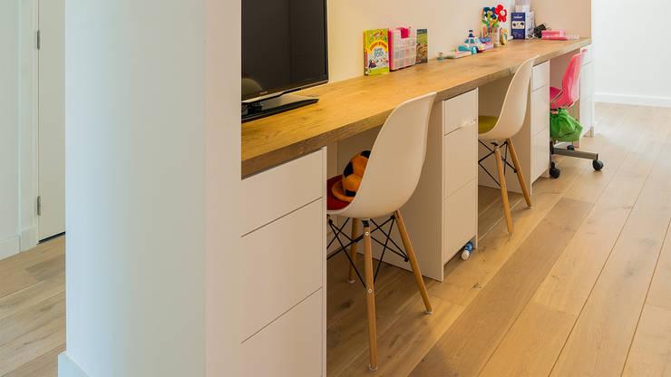 Herindeling woonboerderij met behoud van oude spanten, luxe woonkeuken en open slaapkamer met badkamer in zolder:  Studeerkamer/kantoor door Joep van Os Architectenbureau, Modern