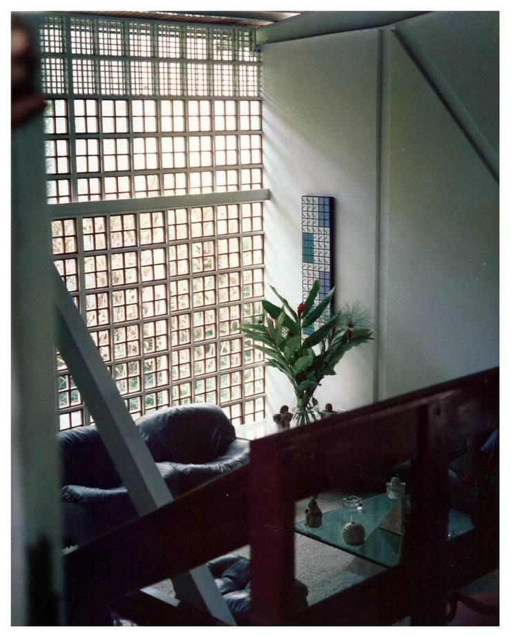 SALA: Salas / recibidores de estilo  por R+P