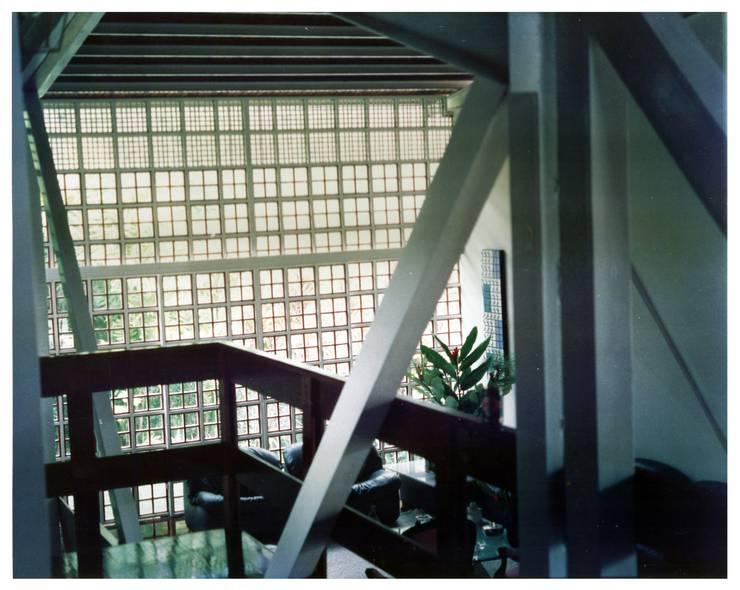 Hall de entrada: Pasillos y vestíbulos de estilo  por R+P