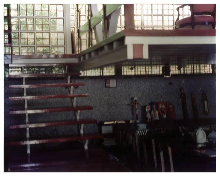 Sala de estudio y escalera: Pasillos y vestíbulos de estilo  por R+P
