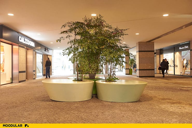 Vasos no Forum Viseu produzidos pela Moodular: Centros comerciais  por MOODULAR