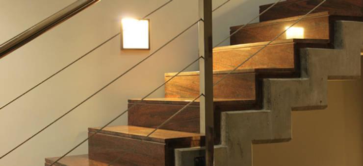 GALERÍA Pasillos, vestíbulos y escaleras modernos de DELFIN Moderno