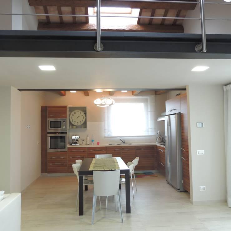 Veduta della cucina dal soggiorno: Cucina in stile in stile Moderno di Nadia Moretti