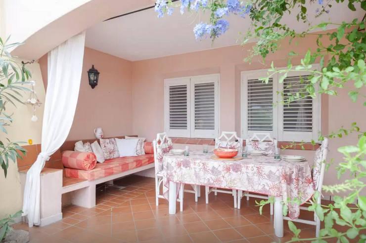 Balcones y terrazas de estilo  por Tania Mariani Architecture & Interiors