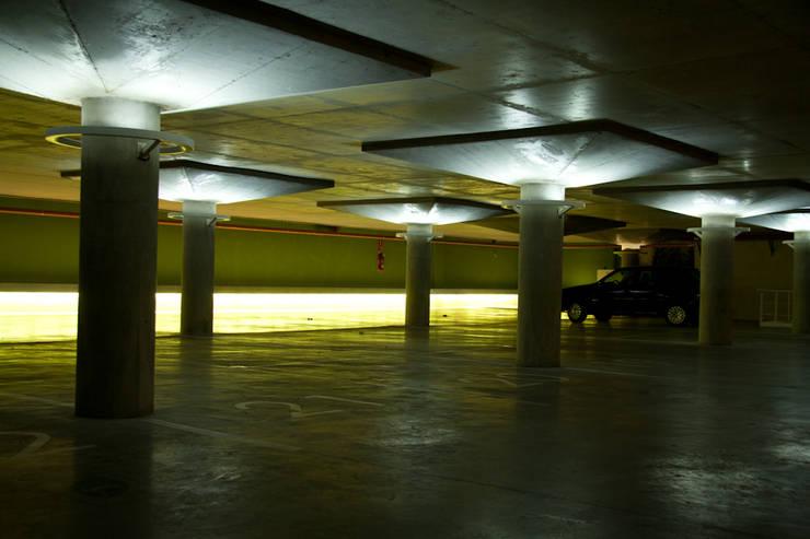 Estacionamiento: Garajes de estilo  por Estudio de iluminación Giuliana Nieva