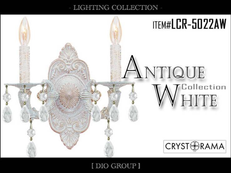 アンティークホワイト2灯ブラケット照明: 株式会社ディオが手掛けたリビングルームです。