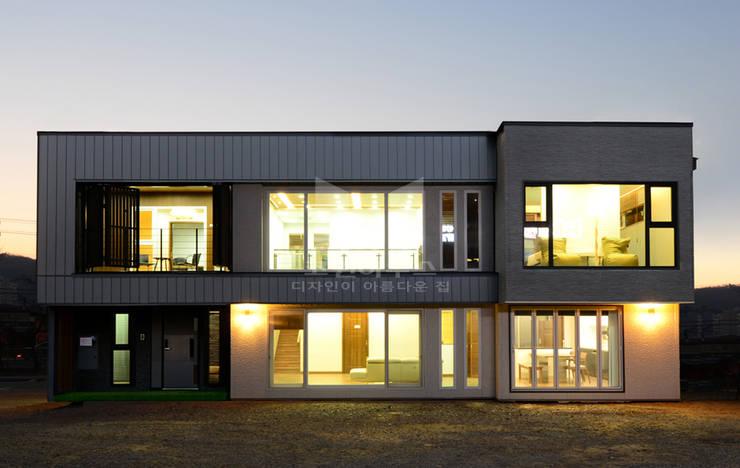 알루미늄 패널과 일본식 세라믹사이딩을 적용한 모던하고 심플한 모던주택: 코원하우스의  주택