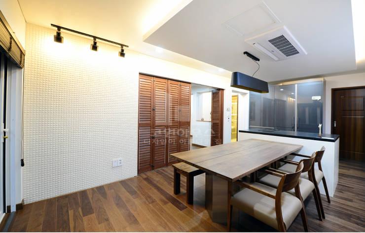 1층 주방 및 다이닝 룸: 코원하우스의  다이닝 룸