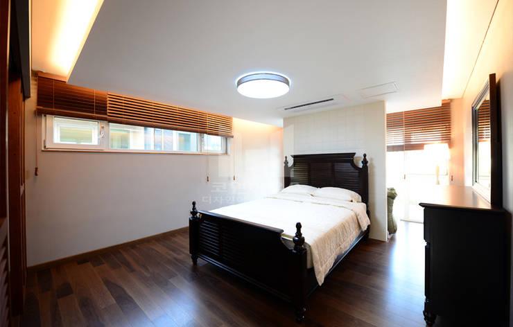 2층 침실 룸: 코원하우스의  침실