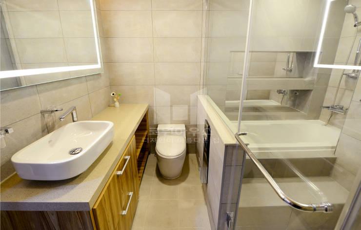 1층 욕실 공간 : 코원하우스의  욕실