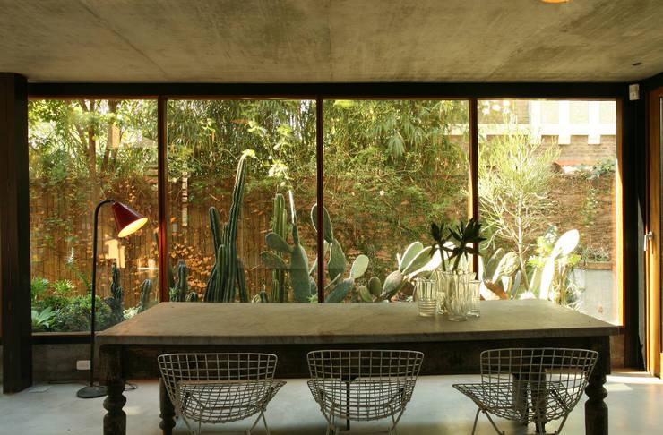 Casa OLIVOS: Jardines de invierno de estilo  por Arquitecto Alejandro Sticotti