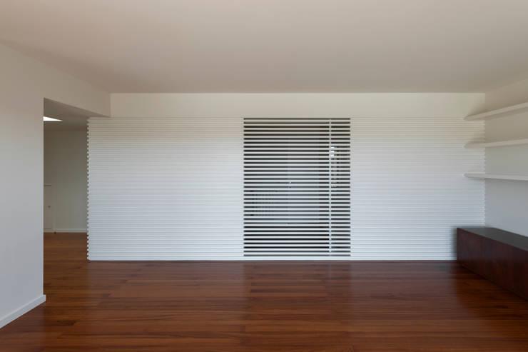 Vista da sala de estar para o novo quarto: Salas de estar  por ABPROJECTOS