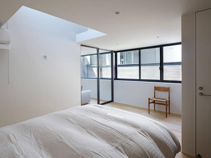 作品: 小松隼人建築設計事務所が手掛けた寝室です。