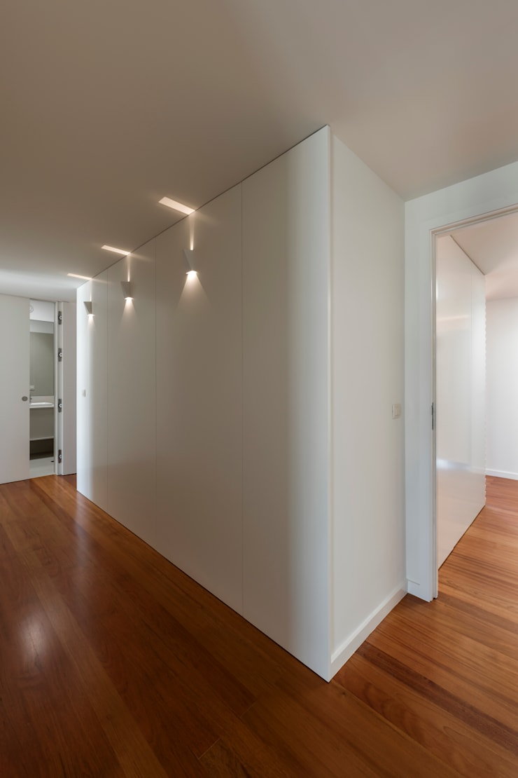 Corredor de acesso aos quartos: Corredores e halls de entrada  por ABPROJECTOS