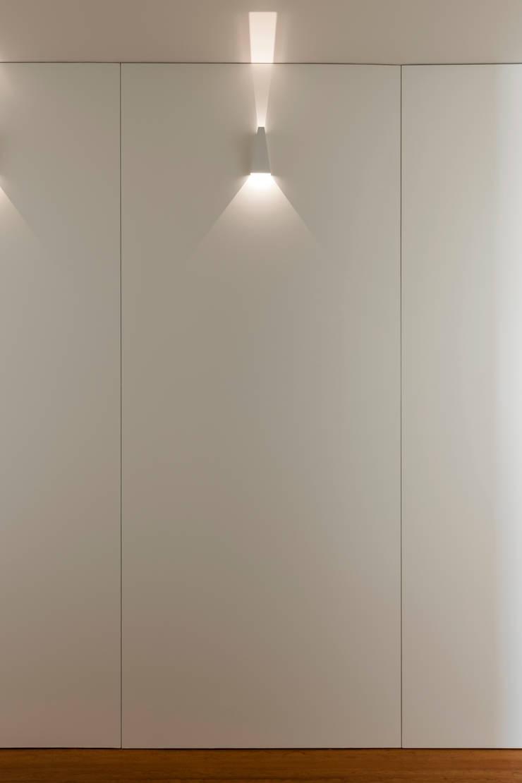 Pormenor do corredor de acesso aos quartos: Corredor, hall e escadas  por ABPROJECTOS