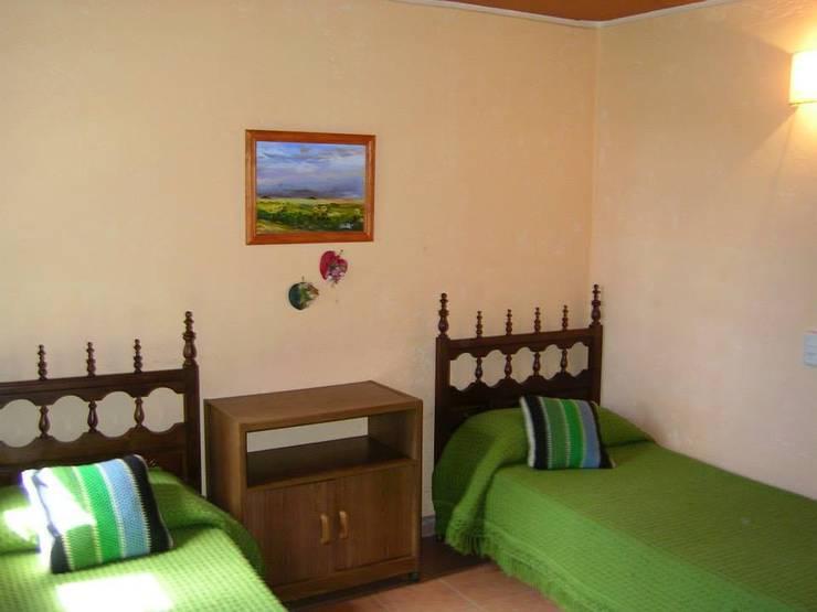 complejo de cabañas: Dormitorios infantiles de estilo  por KUN&Aso,