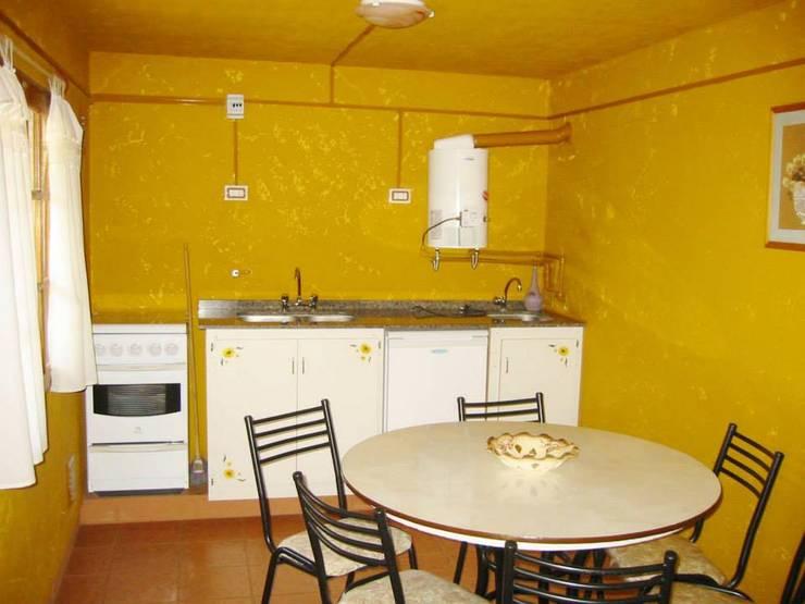 complejo de cabañas: Cocinas de estilo  por KUN&Aso,