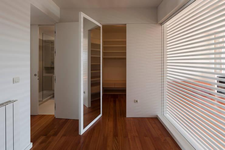 Interior do quarto novo - closet: Closets  por ABPROJECTOS
