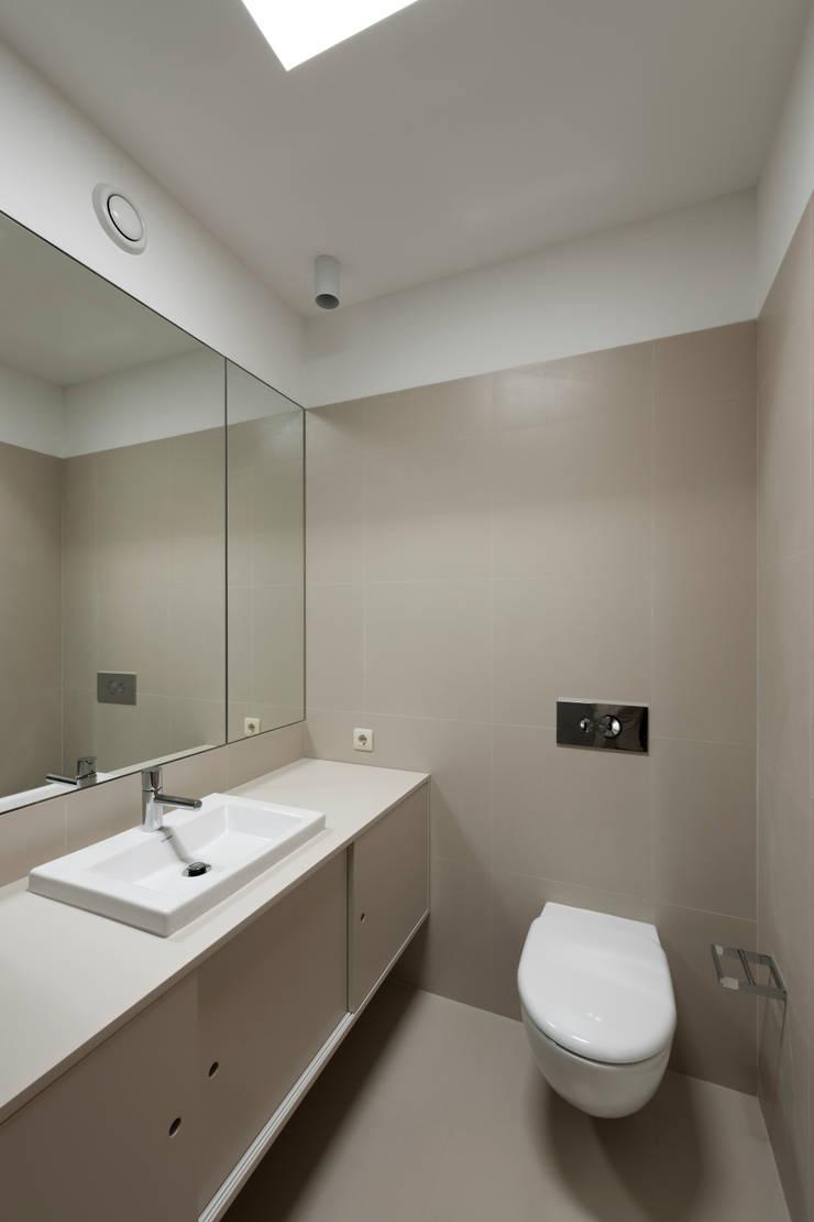 Quarto de Banho da Suite: Casas de banho  por ABPROJECTOS