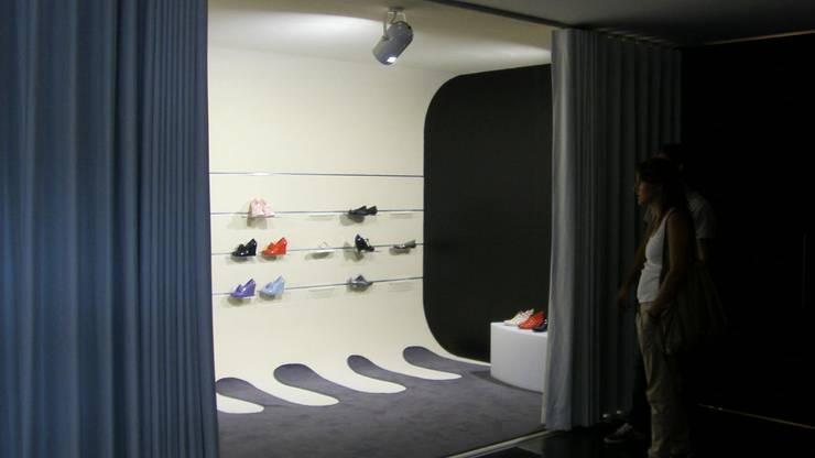 Showroom Melissa: Espaços comerciais  por mube arquitectura