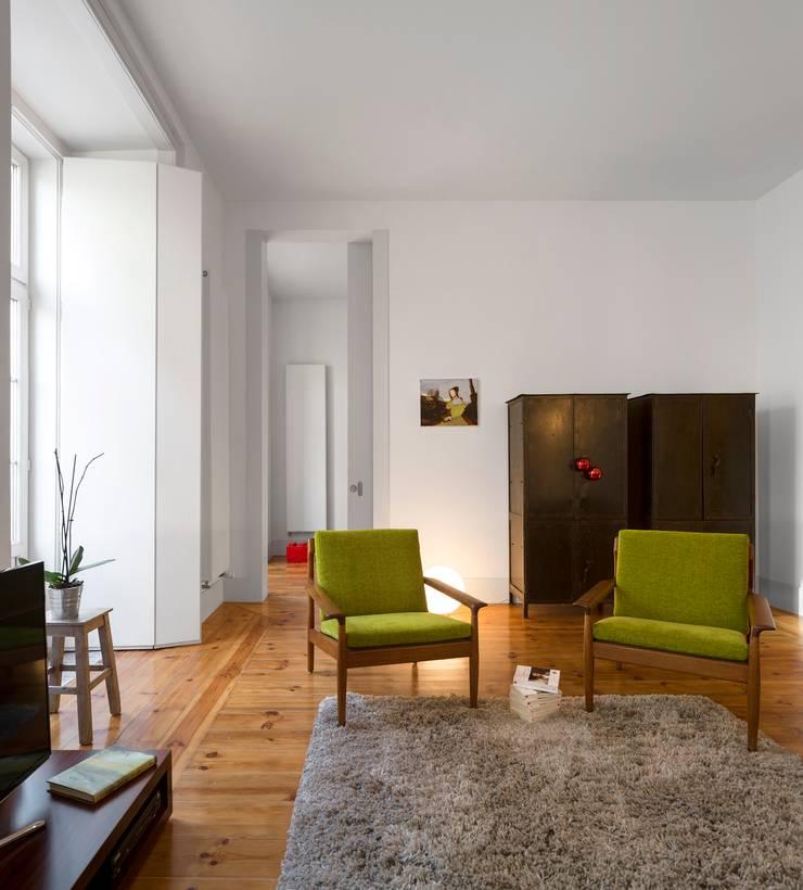 Apartamento ao Camões: Salas de estar  por Alberto Caetano