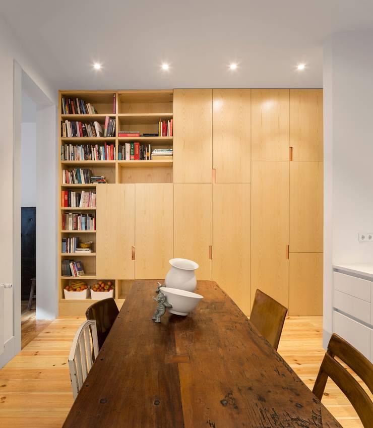 Apartamento ao Camões: Salas de jantar  por Alberto Caetano
