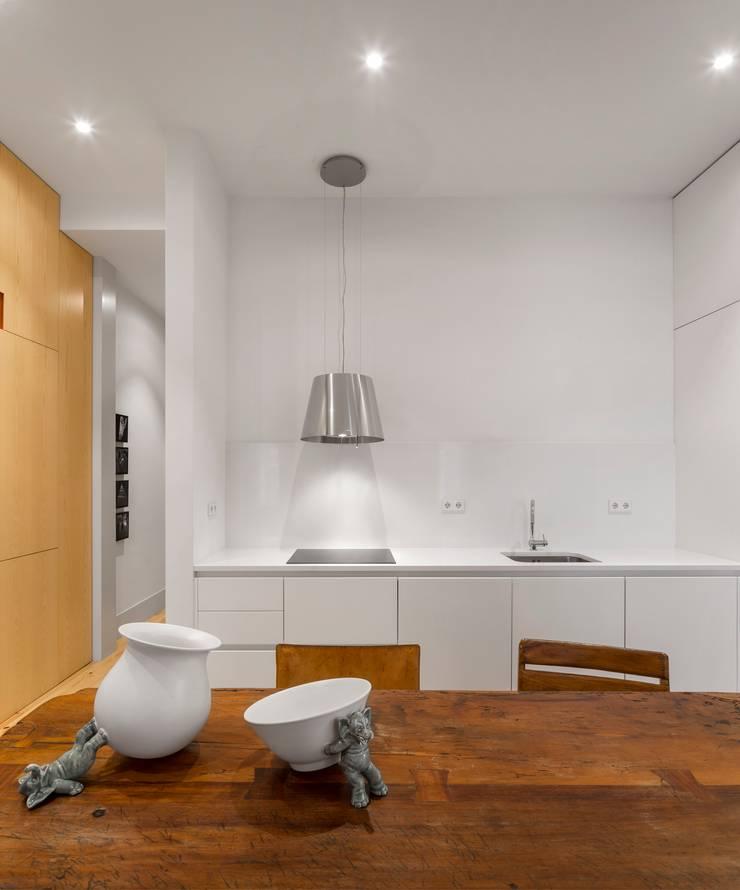Apartamento ao Camões: Cozinhas  por Alberto Caetano