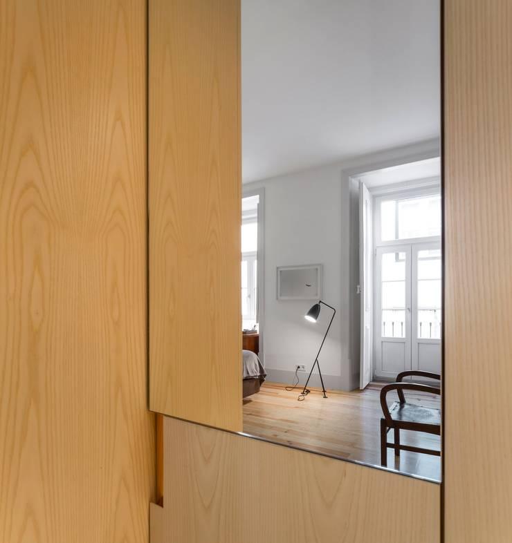Apartamento ao Camões: Quartos  por Alberto Caetano