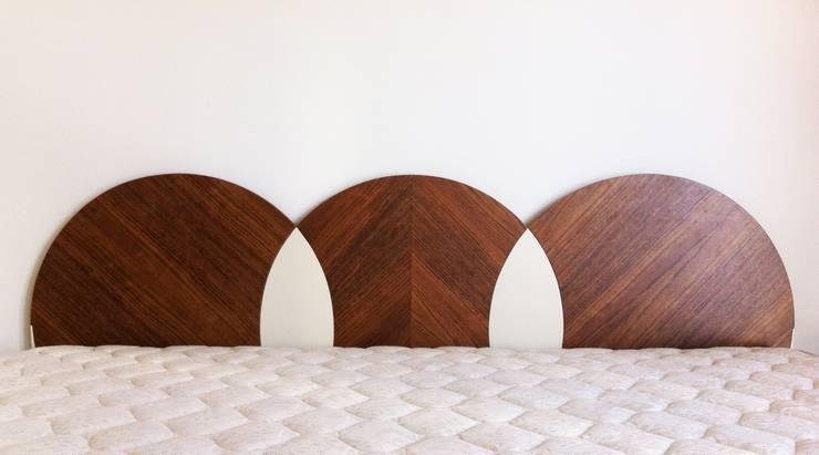 Cabeceira de Cama: Quarto  por mube arquitectura