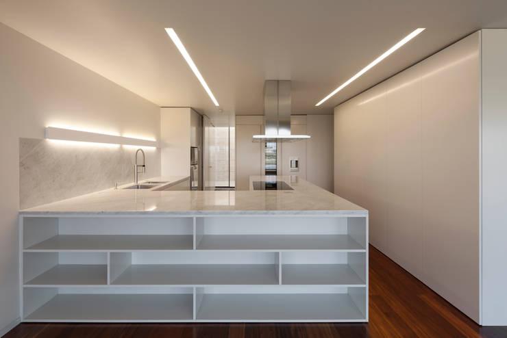 Apartamento na Foz do Douro: Cozinhas  por ABPROJECTOS
