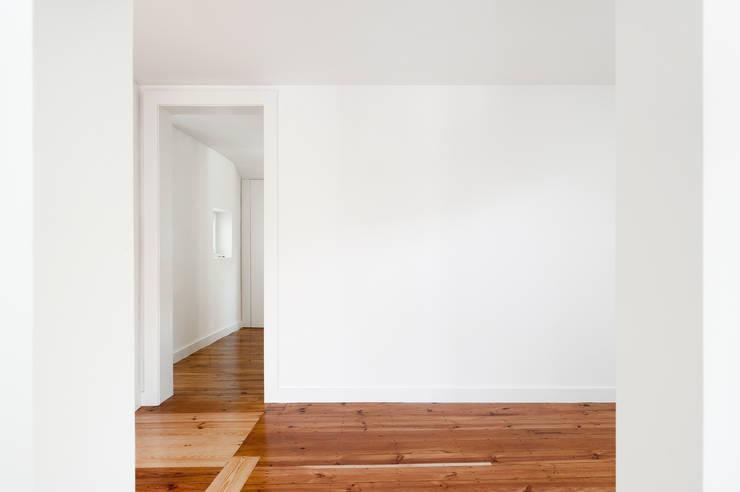 Apartamento à Mouraria: Salas de estar  por Alberto Caetano