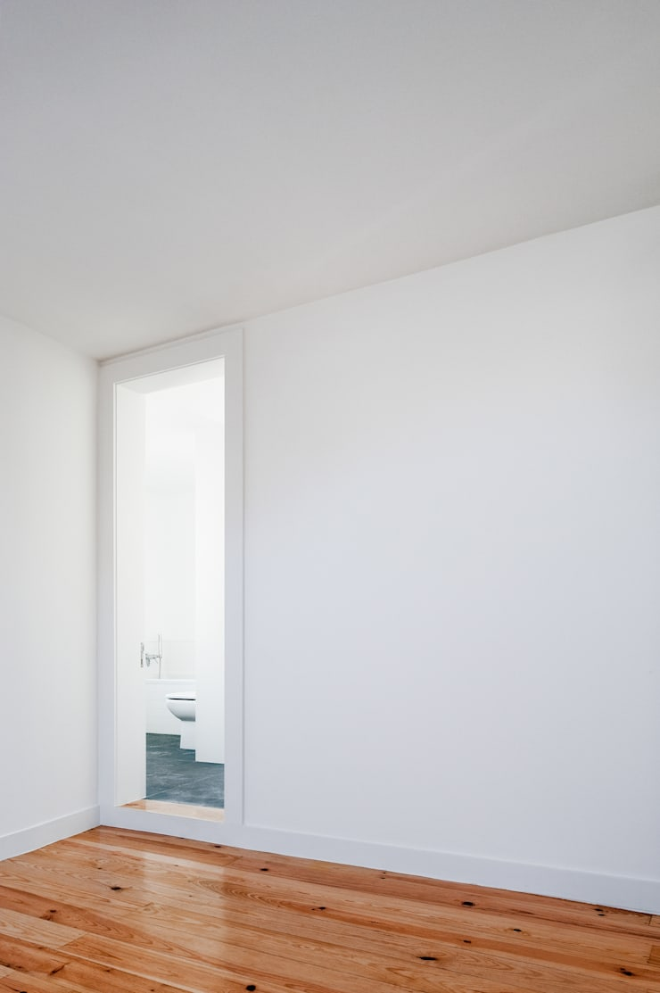 Apartamento à Mouraria: Casas de banho  por Alberto Caetano