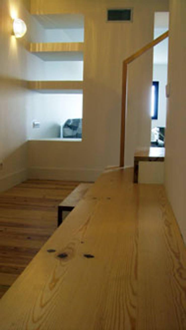 Apartamento S. Pedro de Moel: Corredores e halls de entrada  por mube arquitectura