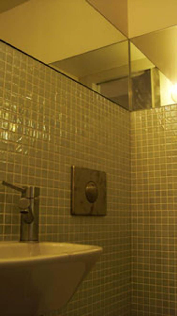 Apartamento S. Pedro de Moel: Casas de banho  por mube arquitectura