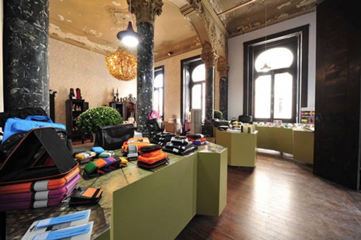 Exposição temporária_ Moleskine: Lojas e espaços comerciais  por mube arquitectura