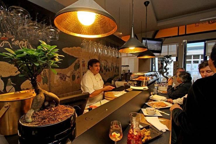 Sushi Bar: Espaços de restauração  por mube arquitectura
