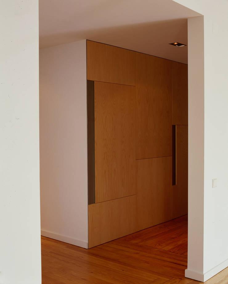 Apartamento às Amoreiras: Corredores e halls de entrada  por Alberto Caetano