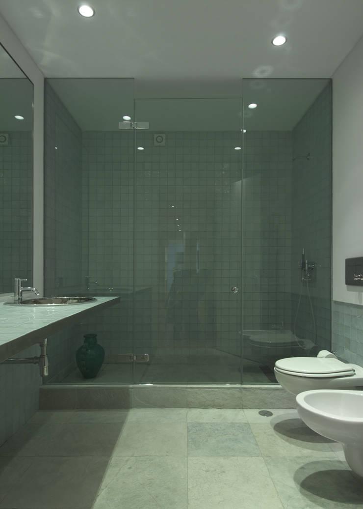 Apartamento às Amoreiras: Casas de banho  por Alberto Caetano