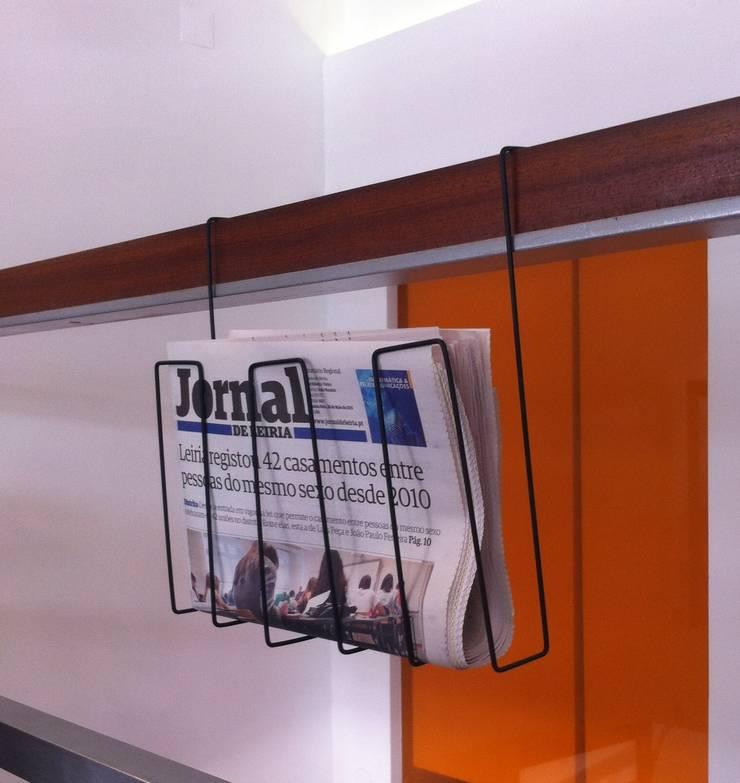 Porta revistas: Escritório e loja  por mube arquitectura