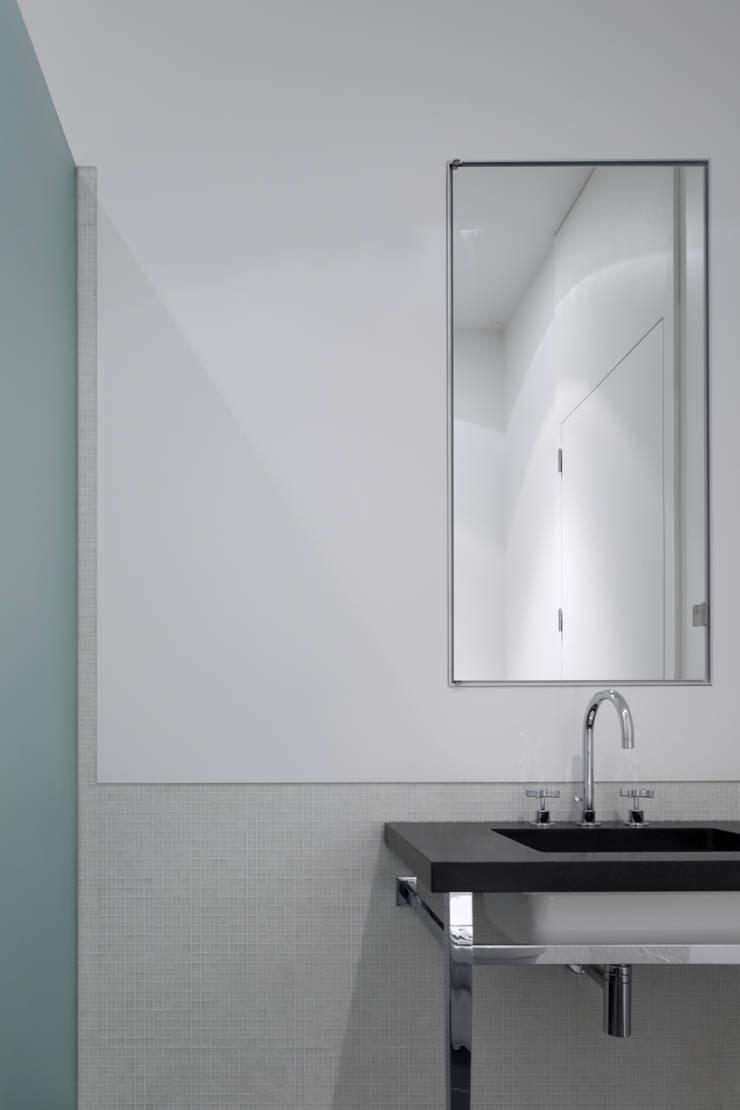 REMODELAÇÃO DE APARTAMENTO À CHAGAS: Casas de banho  por Alberto Caetano