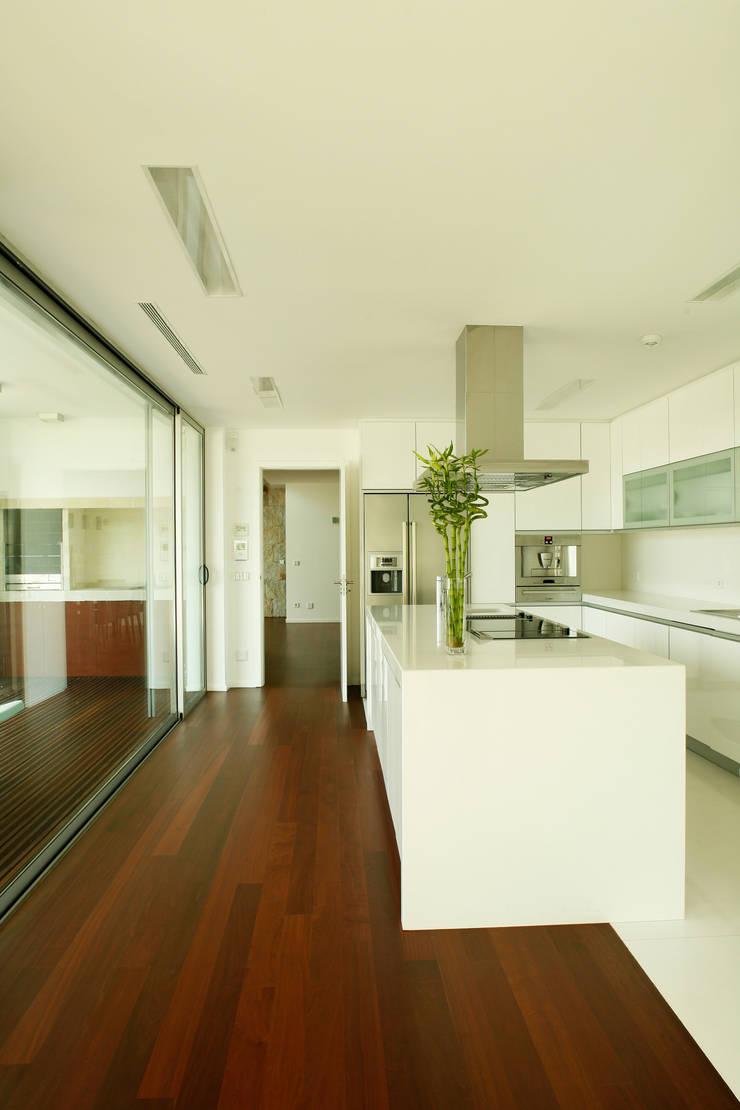 Vista ampla da cozinha: Cozinhas  por Central Projectos
