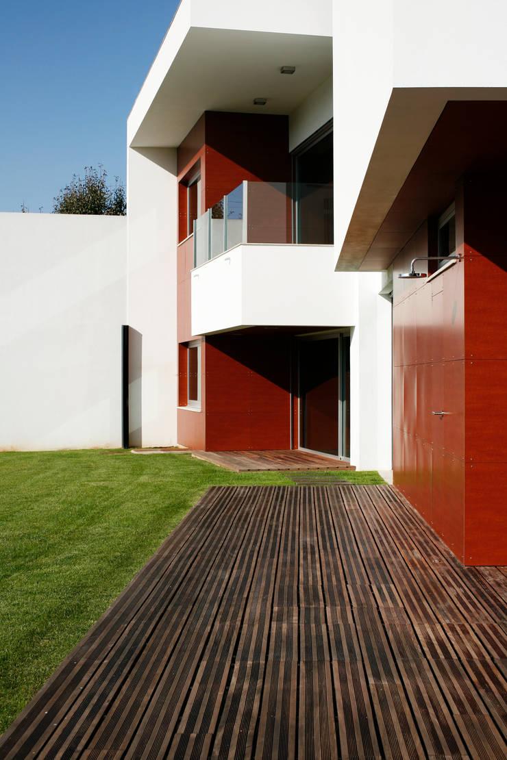 Vista o exterior com pormenor para os acabamentos exteriores: Casas  por Central Projectos