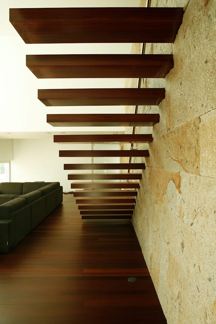 Escada Interior: Corredores e halls de entrada  por Central Projectos