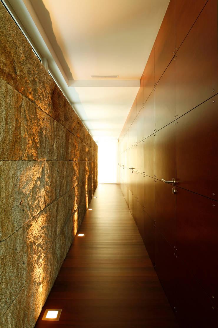 Vista de um dos corredores: Corredores e halls de entrada  por Central Projectos