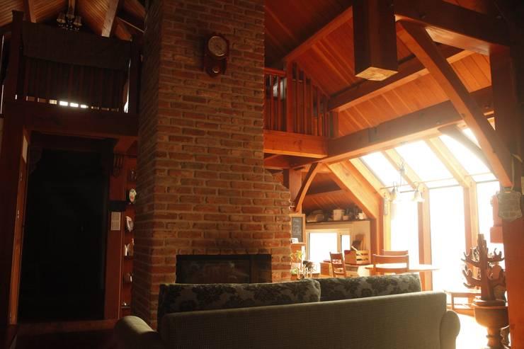 팀버 플레임 하우스 (분홍집): Kim&Kim Studio의  주택,