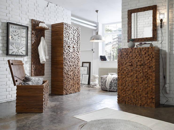 ABADI: klassischer Flur, Diele & Treppenhaus von massivum