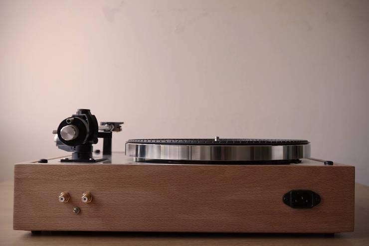 Plinto/base gira-discos feito por encomenda para a Vintage Audio Lisboa!: Sala de estar  por Pode Ser!