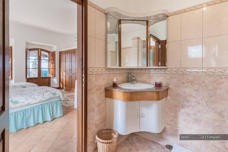 Casas de banho rústicas por homify